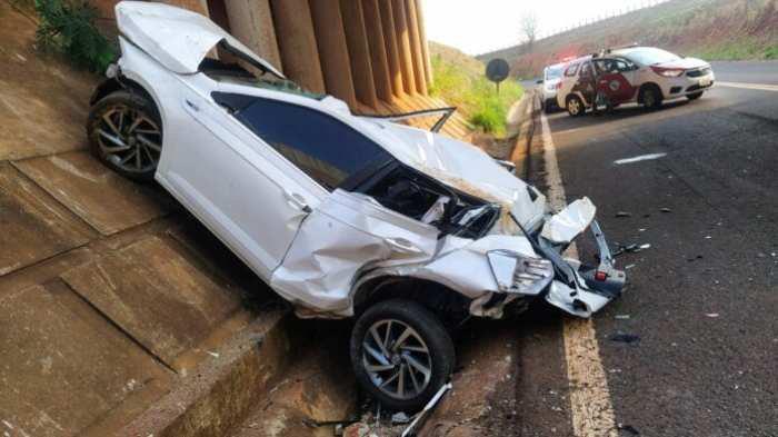 Morador em MS morre após cair com o carro de viaduto em estrada de SP