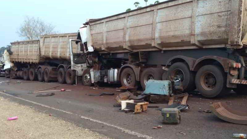 Identificados motoristas que morreram em engavetamento de caminhões na BR