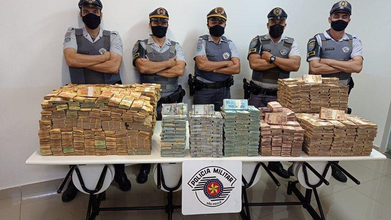 Polícia de SP encontra quase R$ 12 milhões em fundo falso de carreta com placas de MS