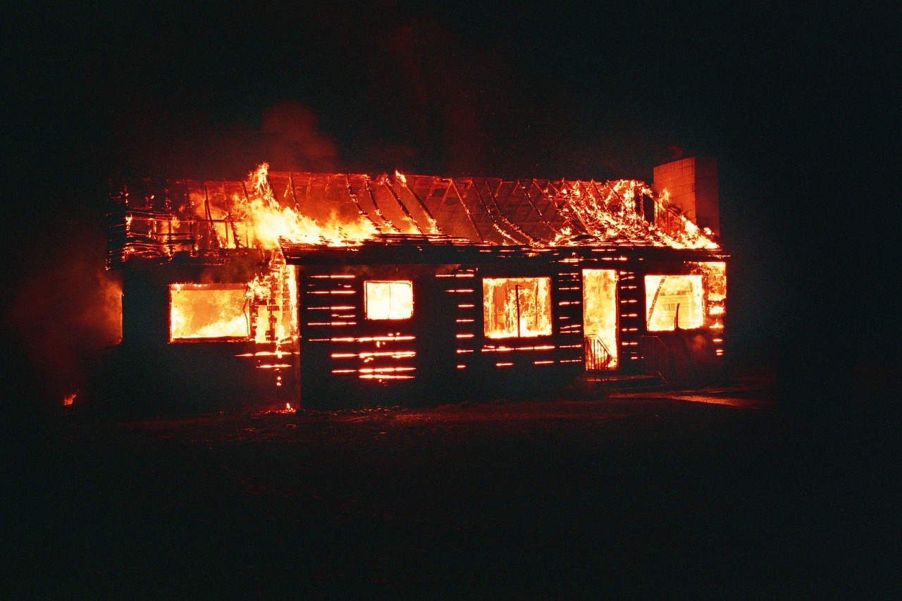 Homem morre durante incêndio mas vizinho consegue salvar mãe e filho