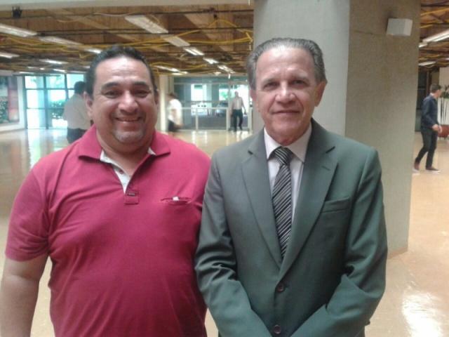 O colunista Manoel Afonso ao lado do novo prefeito de Corumbá, Marcelo Iunes (PTB) na Assembleia Legislativa de MS (Foto: Arquivo pessoal)