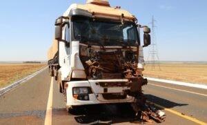 Bitrem ficou com a frente destruída e o motorista foi hospitalizado